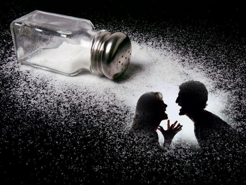 рассыпать соль