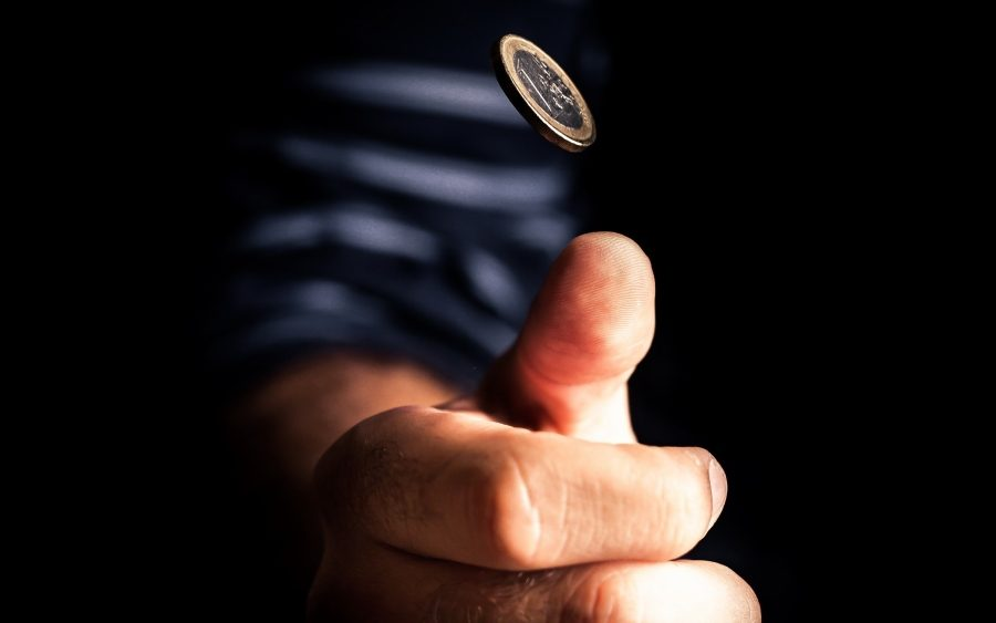 подбрасывать монету