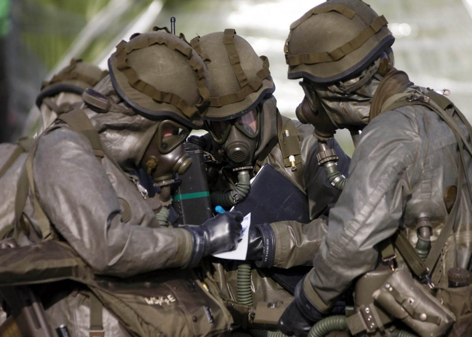 химическое оружие, люди в противогазах