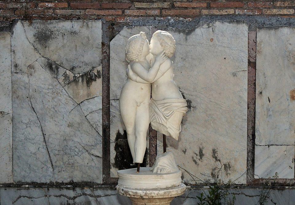 целующиеся статуи