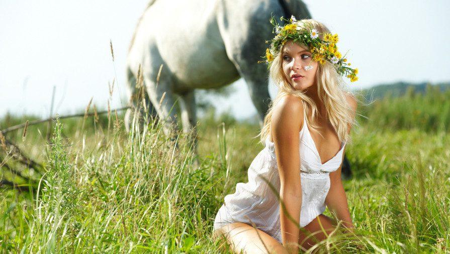 Девушка в поле фото эротическое кто