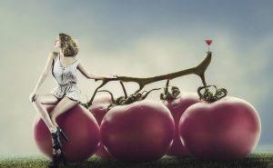 девушка на помидорах