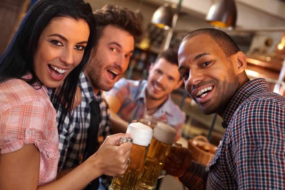 друзья пьют пиво