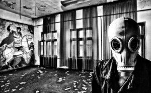 разрушеный дом, человек в противогазе