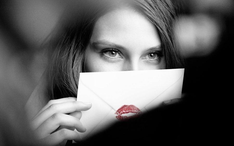 девушка и конверт