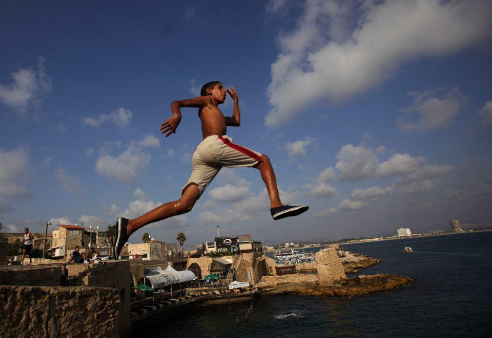парень прыгает в воду