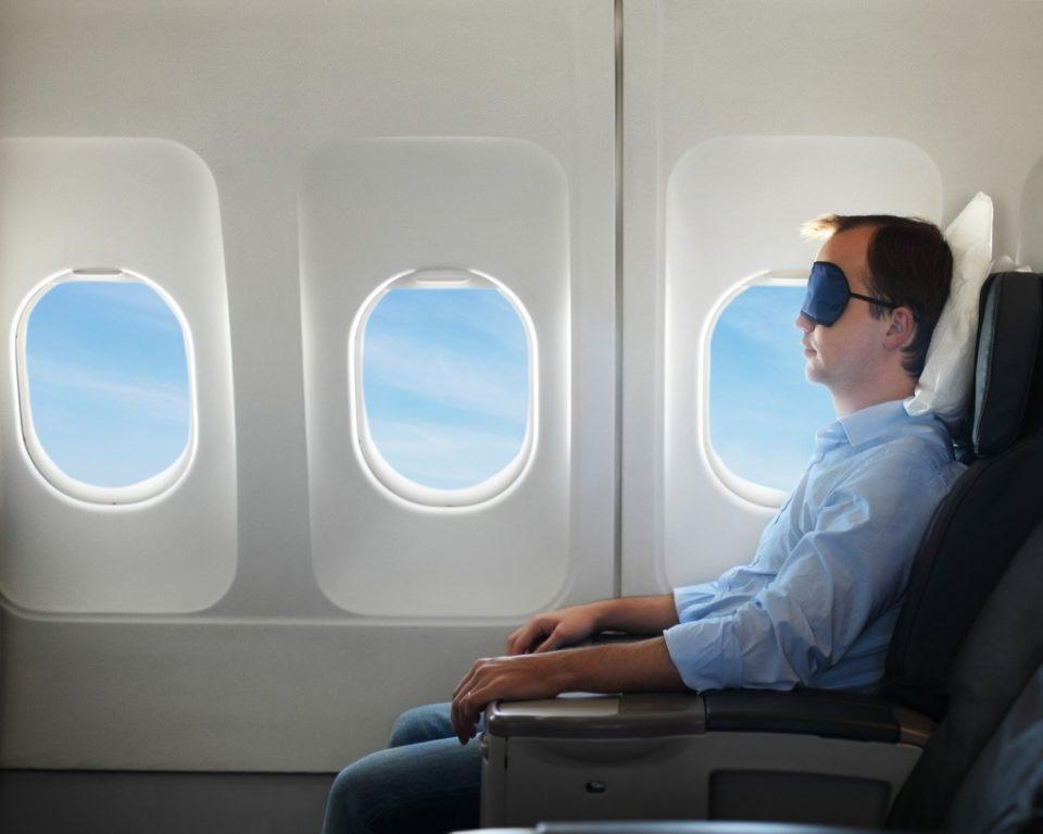 пассажир спит в самолете