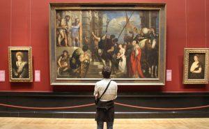 человек перед картиной в музее