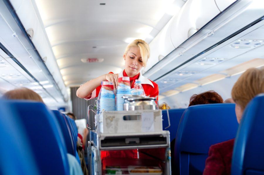 стюардесса идет