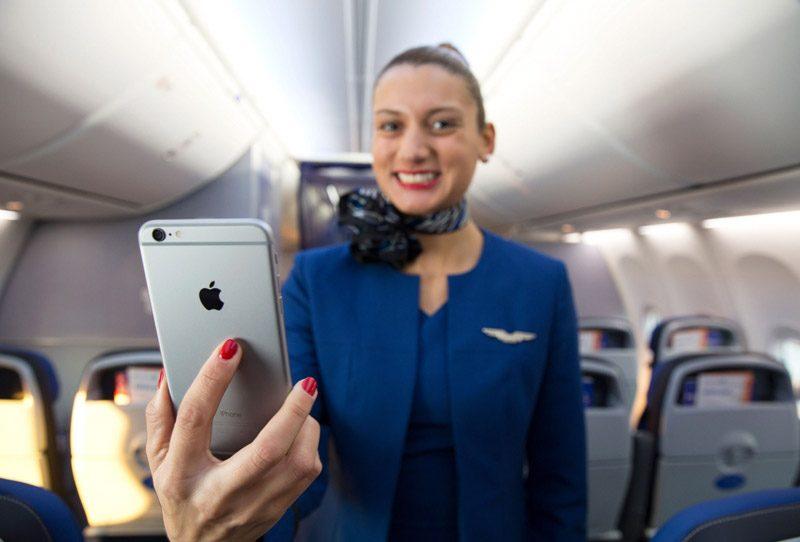 стюардесса с телефоном