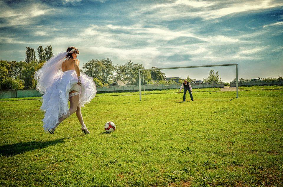 невеста играет в футбол