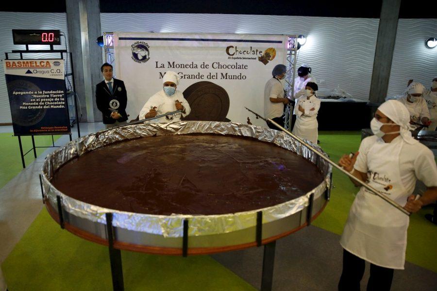 огромная шоколадная монетка