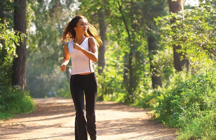 девушка бегает в парке