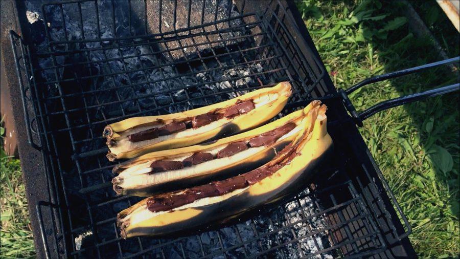 Приготовление жареных бананов на природе