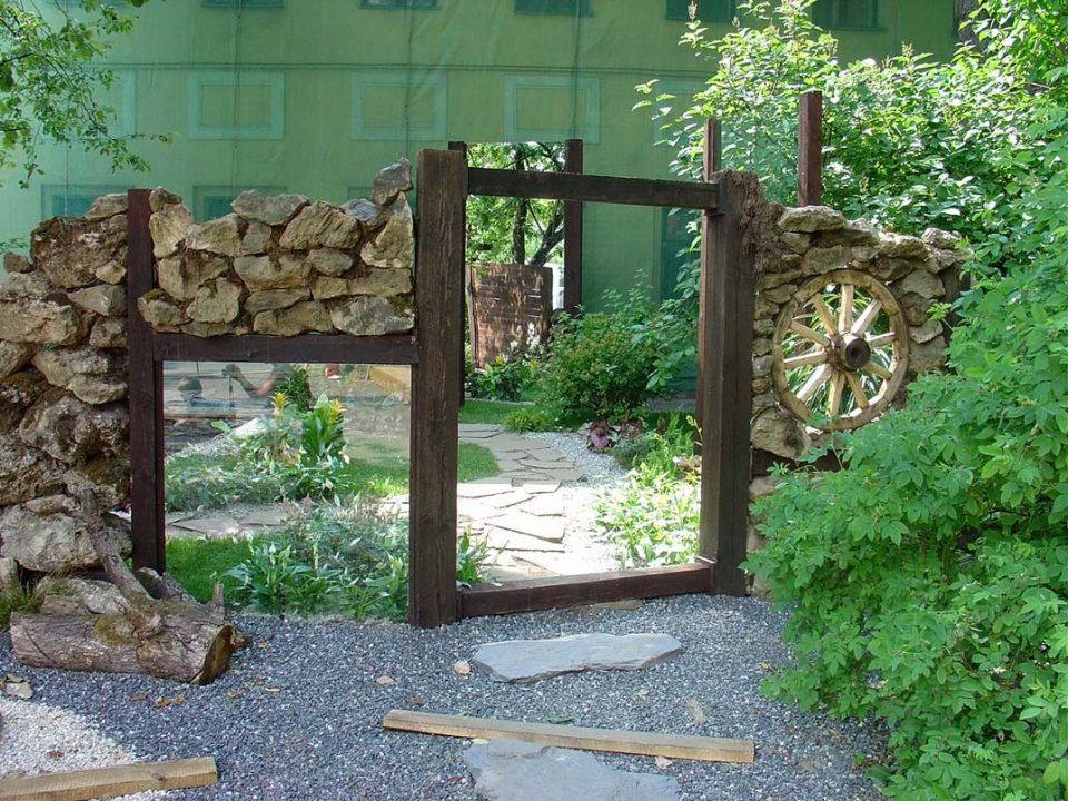 сад. Использование зеркал в садовом декоре