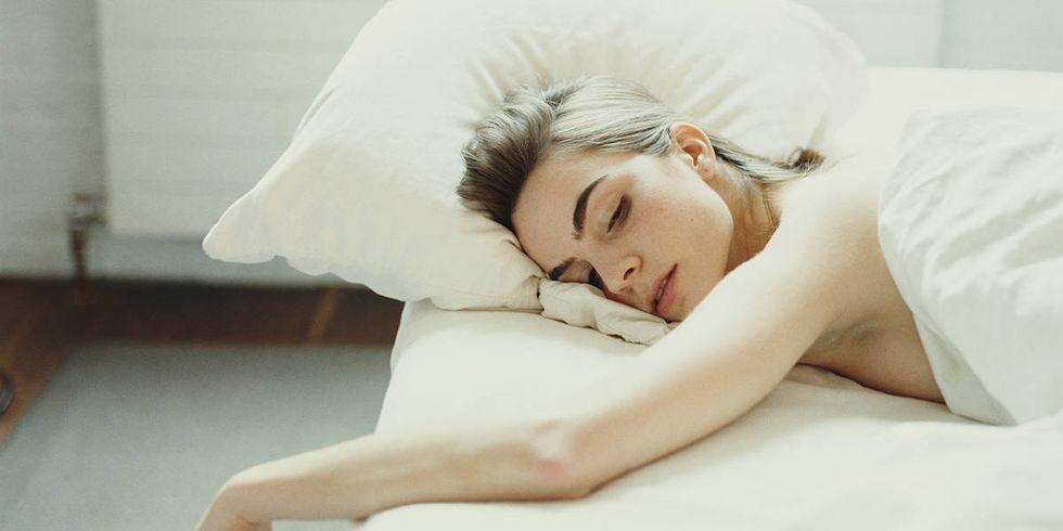 Как положение на животе во время сна влияет на ваши сны