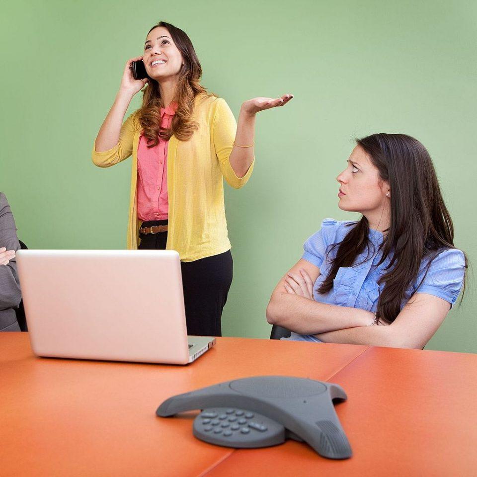 Использование телефона во время совещания или встречи
