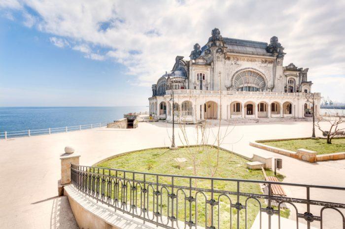 Заброшенное казино в Румынии, великая загнивающая красота