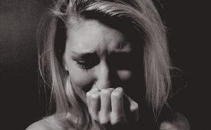 Официантка плачет