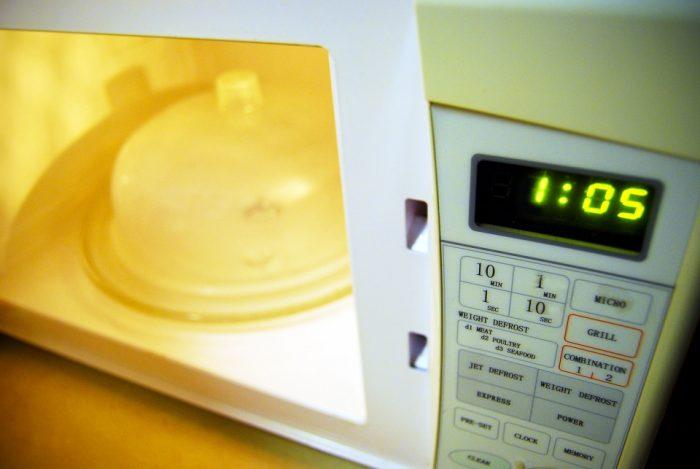 Как быстро очистить микроволновку внутри?