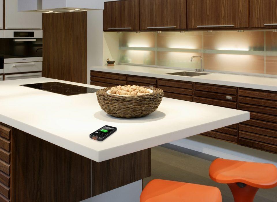 Зарядить телефон с помощью мебели