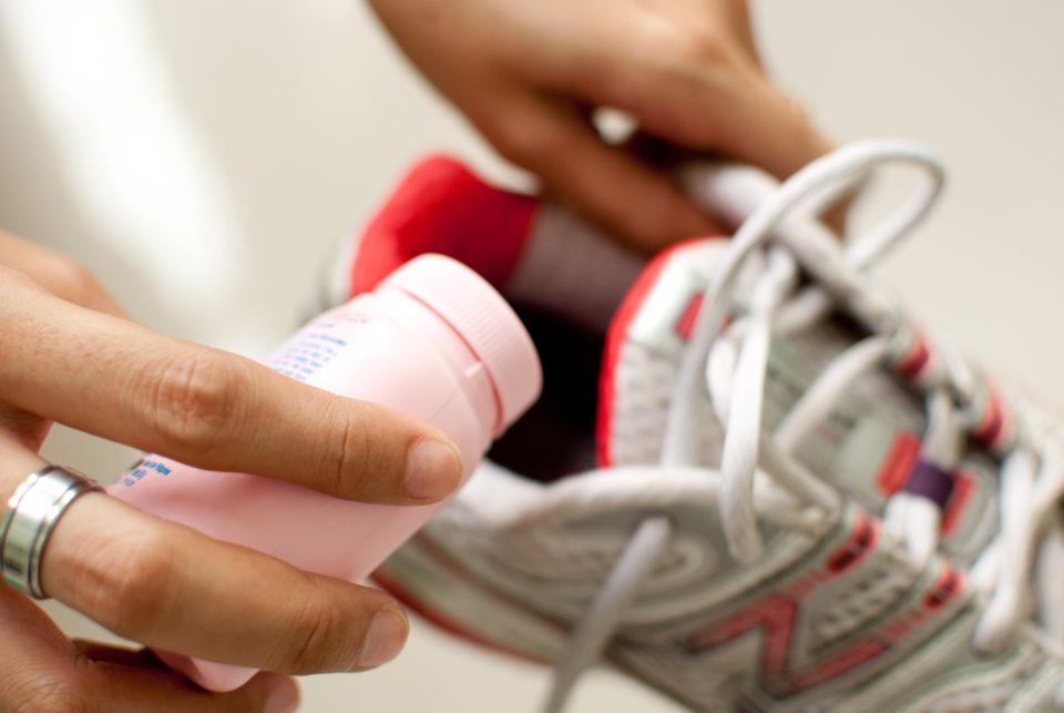 Как избавиться от неприятного запаха ног и обуви навсегда?