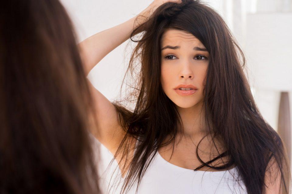 девушка у зеркала с волосами