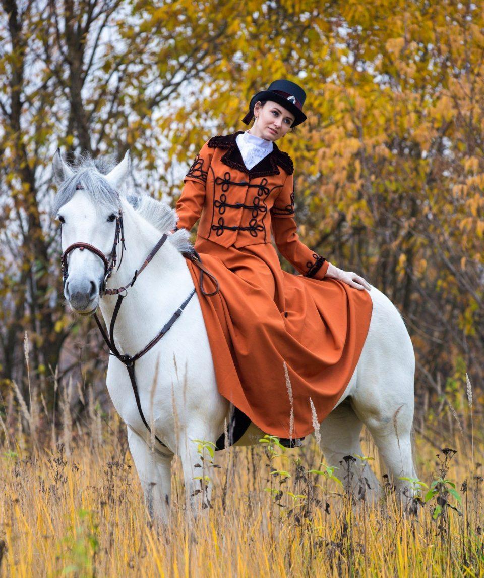 боковое седло на лошади
