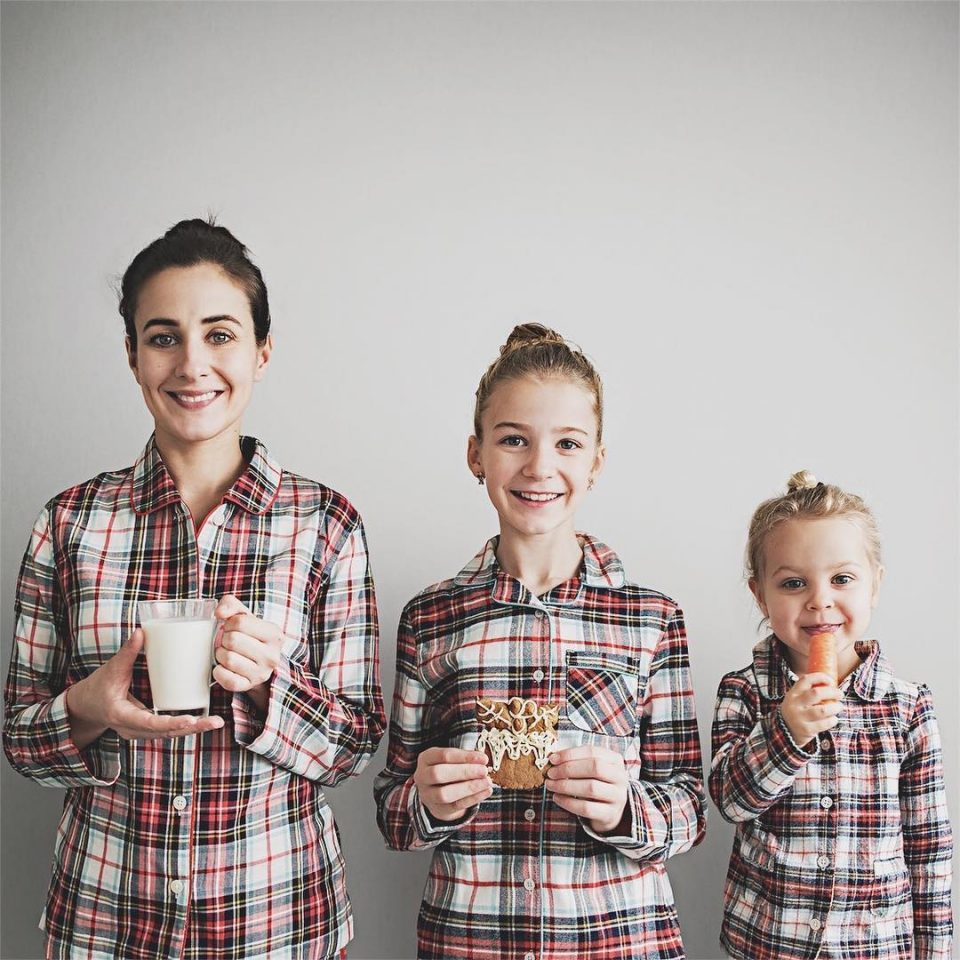 Мама двоих очаровательных девочек, делает милые фото в схожей одежде