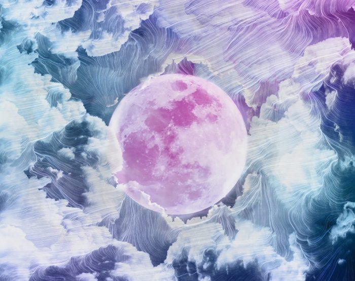 Девушка создает цветные абстрактные изображения, которые похожи на небесные мечты