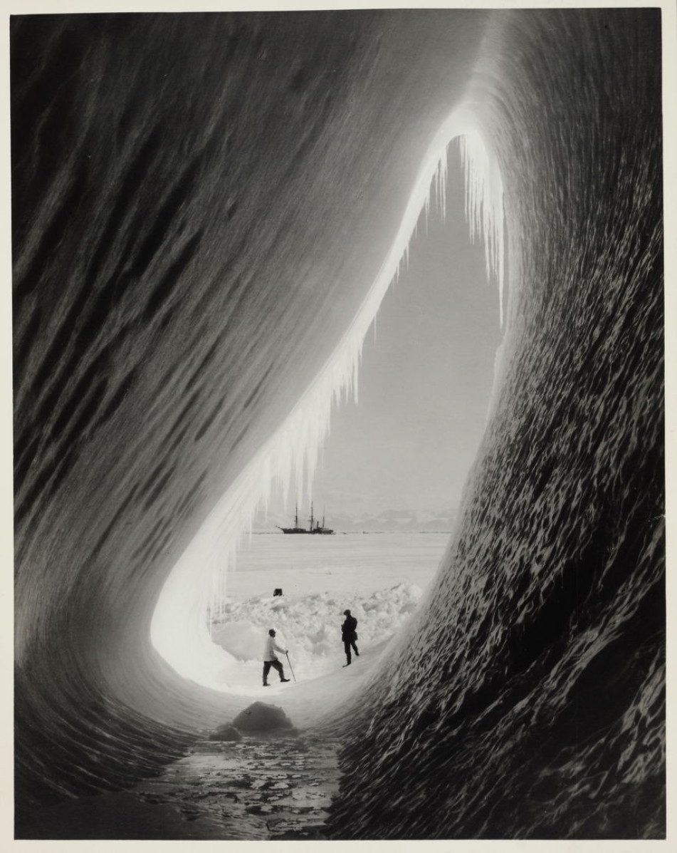 Грот в айсберге