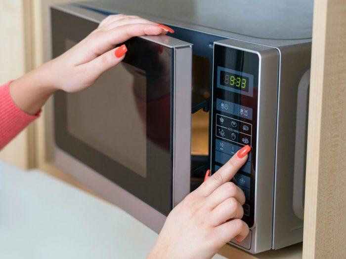 Вы бы не додумались: 10 неожиданных способов применения микроволновки