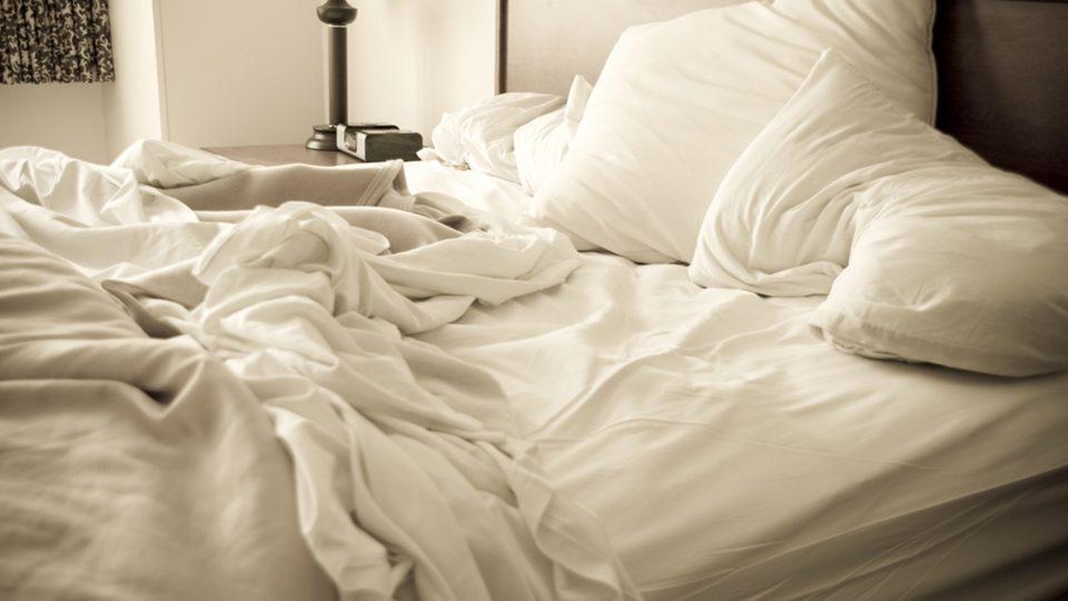 незаправленная кровать