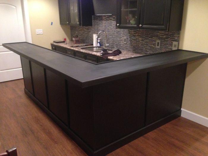 необычная столешница кухонного стола из пивных крышек