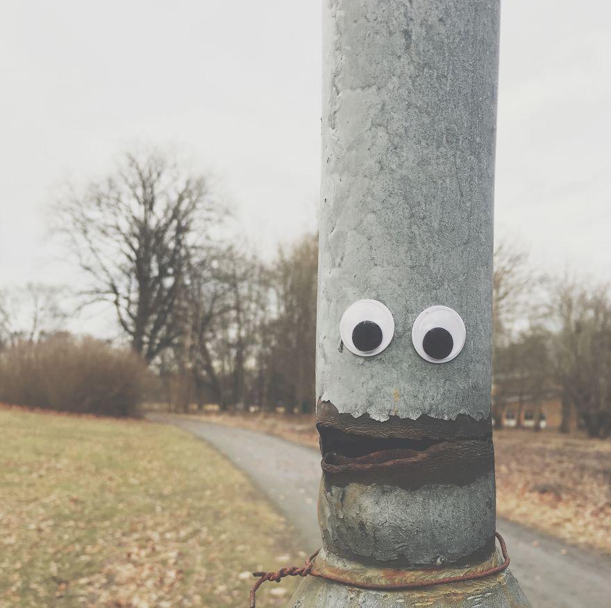 клеит глаза на скучные объекты
