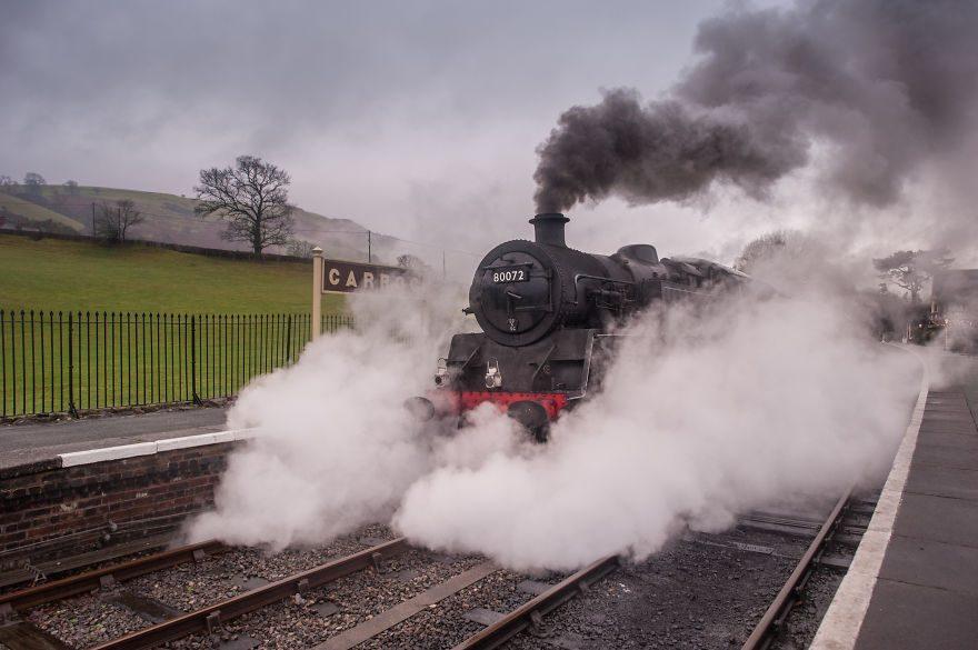 Паровоз № 80072 готовится покинуть железнодорожную станцию Каррог в Уэльсе