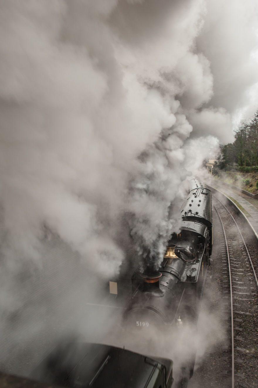 Паровоз № 5199 покидает железнодорожный вокзал, Уэльс, Великобритания