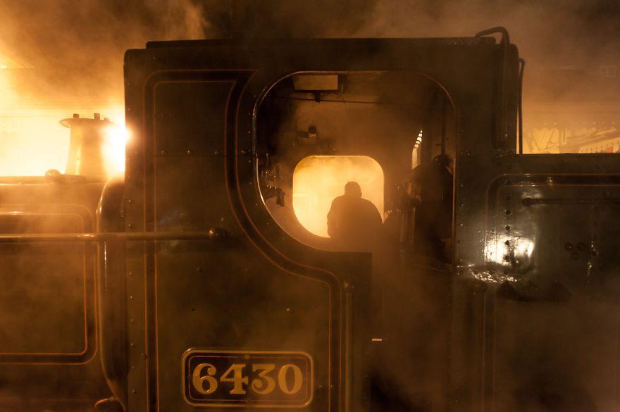 Паровоз № 6430 в вечерний перерыв на железнодорожной станции Ланголлен