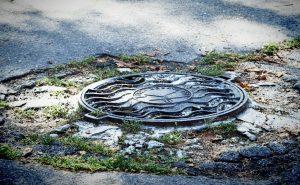 Почему канализационные люки обычно круглые, а не квадратные?