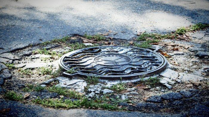 Почему канализационные люки как правило круглые, а не квадратные?