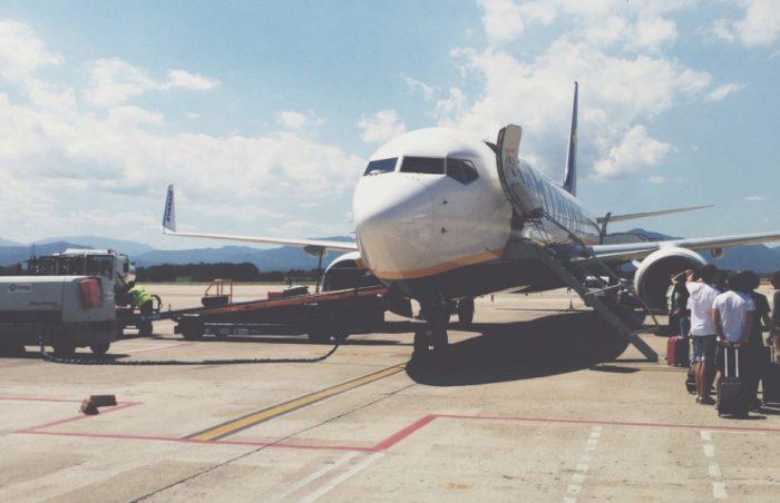 Вы никогда не задумывались, почему самолеты обычно белого цвета?