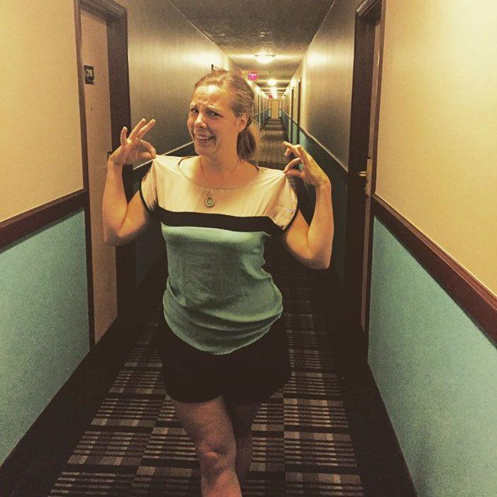 Женщина или этот коридор в отеле