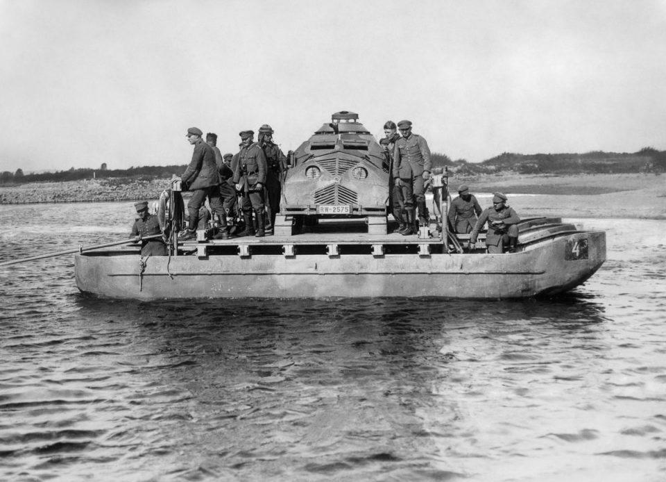 Сентябрь 1932г. Немецкие войска паромом переправляют муляж танка через реку Одер во время военных учений.