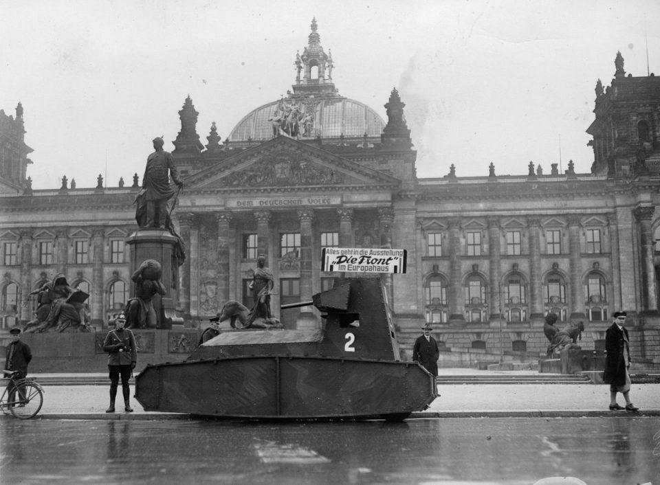 21 октября, 1932г. Немецкий муляж танка перед Рейхстагом.