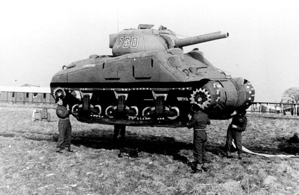 Солдаты подняли надувной муляж танка в Англии.