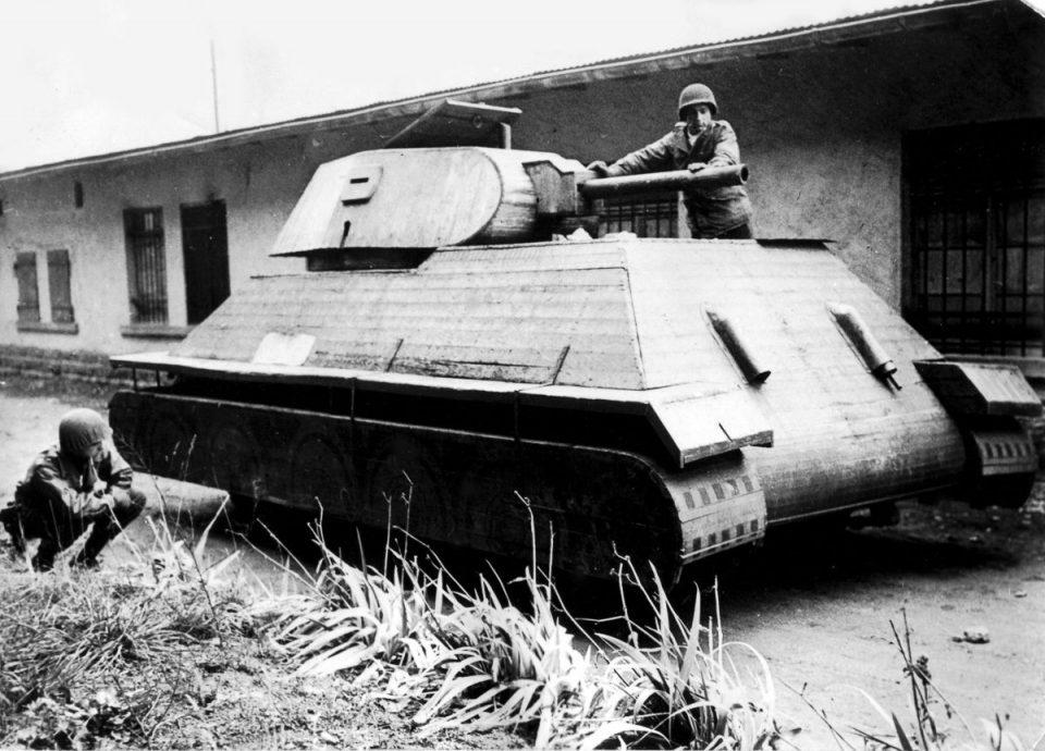 1944г. Американские солдаты осматривают макет немецкого деревянного танка во Франции.