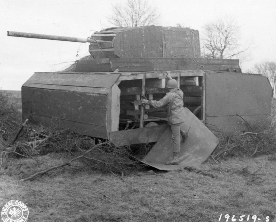 22 ноября, 1944г. Американский солдат осматривает макет немецкого танка манекен в Мец, Франция.