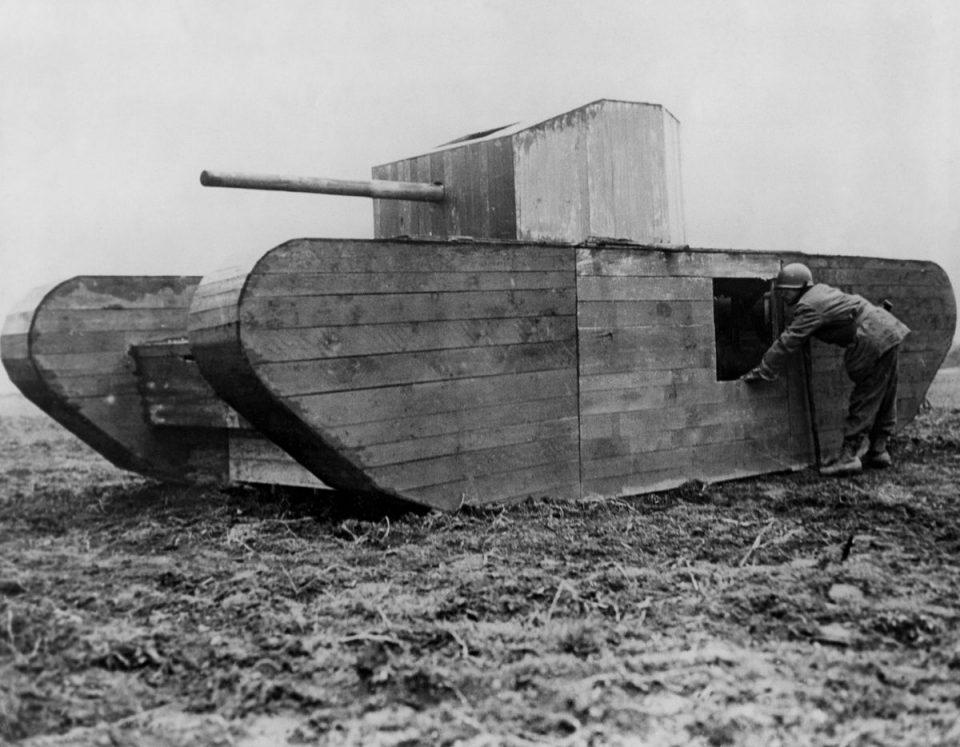 1945г. Американский солдат осматривает муляж немецкого танка на окраине Кельна.