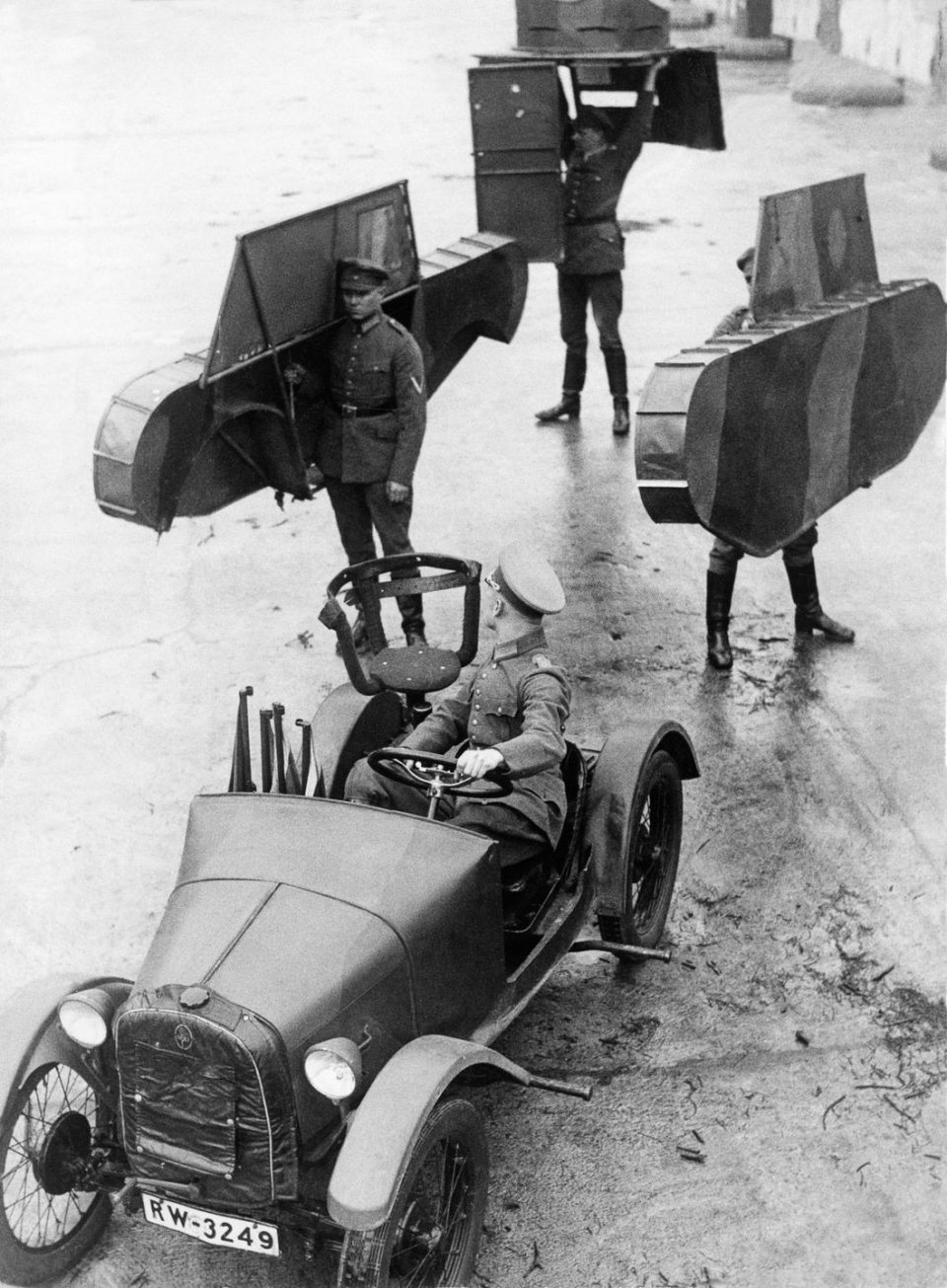 1931г. Немецкие солдаты несут каркас макета танка, который должен быть присоединен к машине.