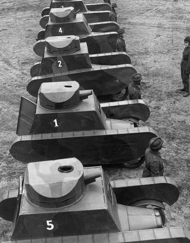 1932г. Немцы проводят военные учения с муляжами танков.